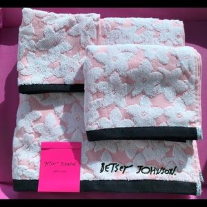 Betsey Johnson Accessories - Betsey Pink Lace 🌸 Towel Set